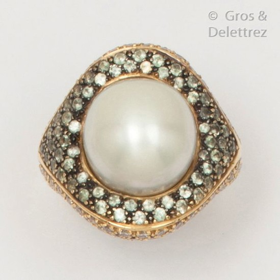 Yellow gold ring set with a mabe pearl...