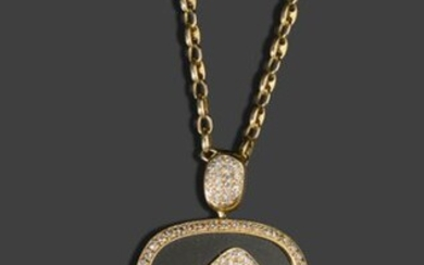 A 750-thousandths yellow gold coffee bean chain and a large 750-thousandths yellow gold pendant set with an onyx plaque with the stylised Omega letter paved with brilliants, surrounded by a line of brilliants and the belly also paved with brilliants...