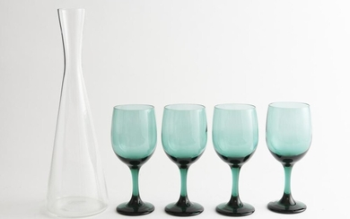 A HOLMEGAARD WINSTON WINE DECANTER BY PER LUTKIN AND FOUR LIBBEY PREMIERE EMERALD GREEN WINE GLASSES (35 CM H), LEONARD JOEL LOCAL D...