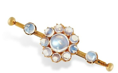 AN ANTIQUE MOONSTONE BAR BROOCH in yellow gold, set