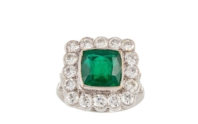 AN EARLY 20TH CENTURY DIAMOND AND EMERALD CLUSTER RING, of s...