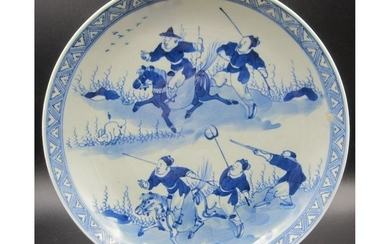 CHINESE BLUE AND WHITE PORCELAIN PLATE WITH HUNTERS