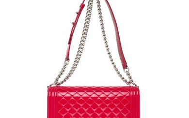 Chanel - Boy New Medium (28 cm) en cuir verni matelassé rouge, garniture en métal argenté vieilli Crossbody bag