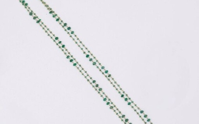 Long necklace in yellow gold, decorated with facetted emeralds, some of which are more important. Length: 120cm. Gross weight: 9.6g.
