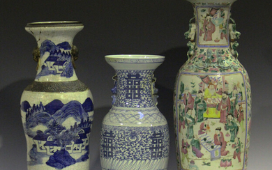 A Chinese blue and white crackle glazed porcelain vase, late Qing dynasty, the ogee baluster body pa