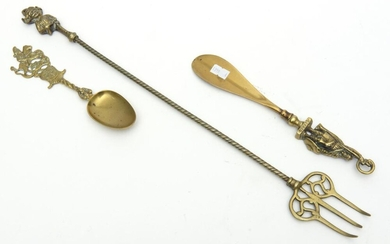 A GROUP OF THREE BRASS ITEMS COMPRISING SHOEHORN, SPOON AND TOASTING FORK
