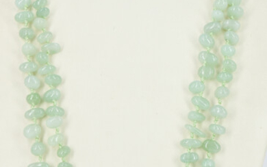AN AVENTURINE BEADED NECKLACE