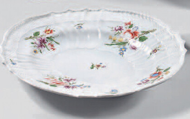 Italian porcelain dish (Doccia) from the 18th century. Contoured oval shape, moulded after the Neubrandenstein model by Meissen, with polychrome decoration of bouquets of flowers and discarded flowers.