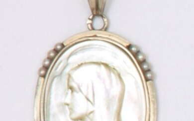 Medal in white gold, decorated with a mother-of-pearl plaque representing the Blessed Virgin in a pearl surround. Length: 3.5cm. Gross weight: 3.3g.