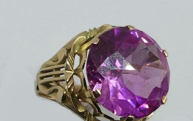 RING in yellow gold, the openwork frame decorated with lyres, decorated with an important pink stone. Gross weight 7 g