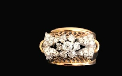 Ring in 18K (750°/°°) yellow gold set with small diamonds forming a flower.