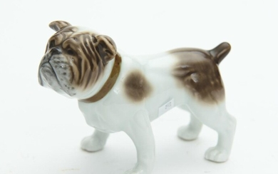 A CONTINENTAL PORCELAIN FIGURE OF A BULLDOG, H.9CM, LEONARD JOEL LOCAL DELIVERY SIZE: SMALL