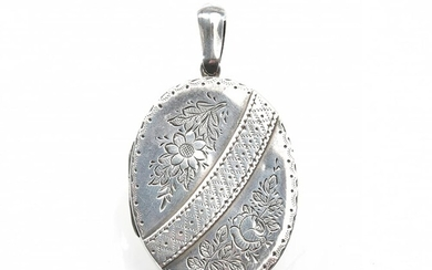 A VICTORIAN OVAL LOCKET, ENGRAVED WITH FLORAL DECORATION, IN STERLING SILVER, HALLMARKED BIRMINGHAM, 1887, 40X30MM