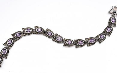 AN AMETHYST AND MARCASITE LINE BRACELET IN STERLING SILVER, TOTAL LENGTH 190MM