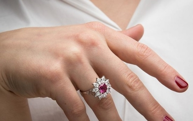 BAGUE MARGUERITE RUBIS A ruby, diamond and gold ring.
