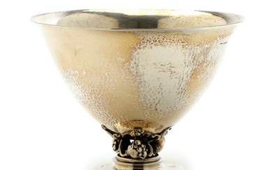 Gundorph Albertus: Sterling silver bowl with hammered surface. Openwork stem with stylized flowers. H. 10.7 cm. Diam. 14.6 cm.