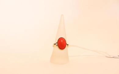 Oval ring in 18 karat yellow gold set with a coral cabochon, hallmark, t. 56, approx. 2 g.