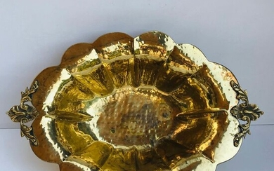 """""""Piece de Milieu"""" - lobed and hammered bowl on scroll feet - Rococo Style - Gilt Metal - Second half 19th century"""