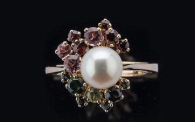 Yellow gold ring 750 thousandths decorated with a cultured pearl surrounded by fifteen fine stones including: six green tourmalines, a peridot, five red garnets, three pink tourmalines, all mounted in claws. Reducer ring set to size. Turn of finger:...