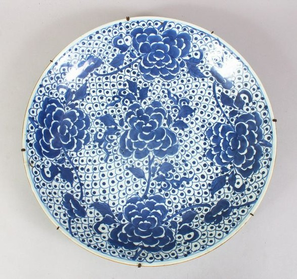 A LARGE 19TH CENTURY CHINESE BLUE & WHITE PORCELAIN