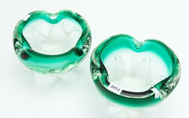 A PAIR OF GREEN ORGANIC FORM BOWLS WITH WHITE TRAILING TO SIDES DIA.18CM EA, LEONARD JOEL LOCAL DELIVERY SIZE: SMALL