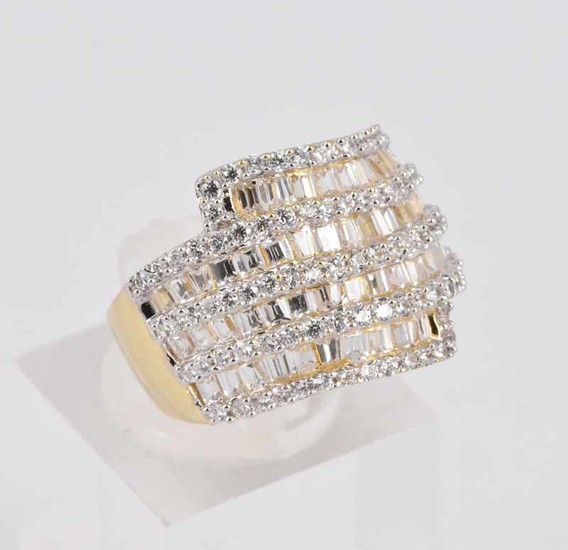 AN 18ct YELLOW GOLD AND DIAMOND DRESS RING