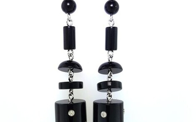 Pair of 750°/°° white gold earrings decorated with onyx cylinders and buttons enhanced with diamonds, Gross weight: 9,40g L.6cm