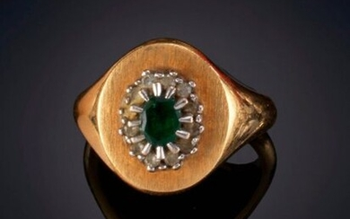 SET OF TWO RINGS, ONE IN THE FORM OF A SEAL WITH A CENTRAL ONYX PLATE AND THE OTHER DECORATED IN ITS CENTER BY A ROSETTE OF EMERALDS AND BRILLIANTS. Mounting in 18 k yellow gold. Price: 350,00 Euros. (58.235 Ptas.)