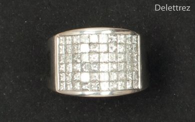 White gold ring set with a pavement of...
