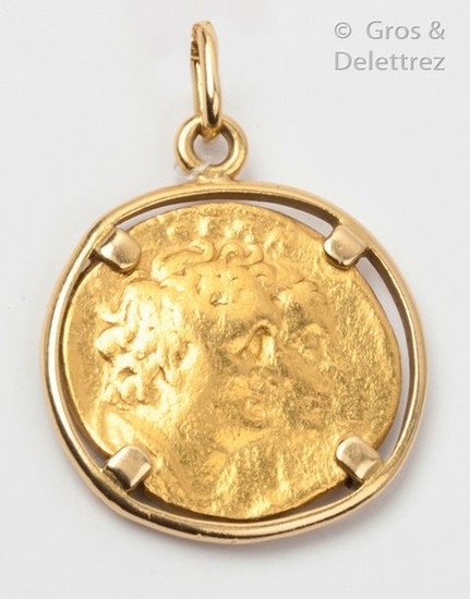 Yellow gold pendant, decorated with an antique coin...