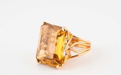 Yellow gold ring (750) set with a rectangular citrine cut in degrees, in claw setting.