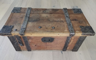 Baroque guild chest 1700-1730 (1) - Baroque - Wood / iron - First half 18th century