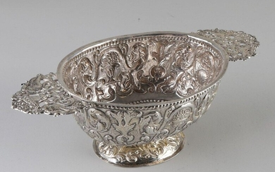Beautiful silver brandy bowl, Frisian, with passionate images of curls and floral decoration. Equipped with flat ears with figures and flower basket. Restauartie along the edge. 25x11x8cm. Total about 160 grams. In good condition