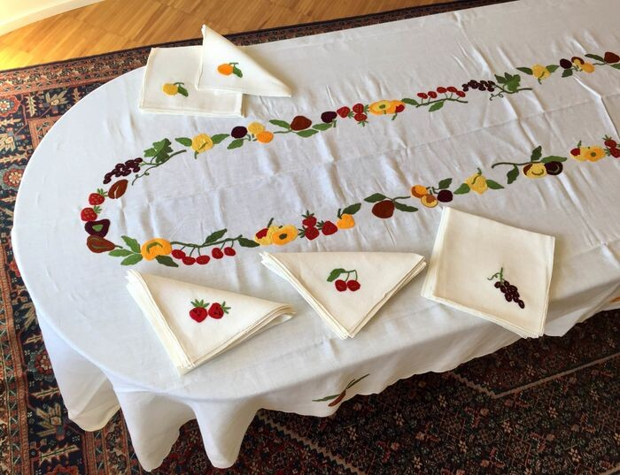 Exclusive tablecloth hand embroidered - 390 x 168 cm (19) - Linen - Second half 20th century