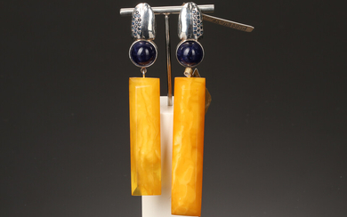House of Amber. Fauna by Bukkehave. Pair of sterling silver stud earrings with lapis lazuli and milky amber (2)