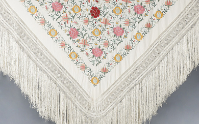 Manila shawl in embroidered beige silk, 20th Century.