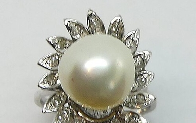 RING in white gold, set with an important baroque pearl in a polylobé frame set with small diamonds. Gross weight 6.3 g TTD 49