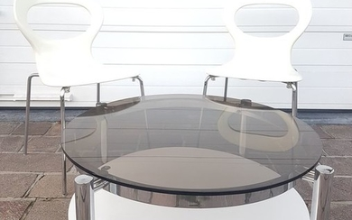 Unknown - Coffee table, with a chromed frame and a glass top - diameter 90 cm - plus two chairs (3)