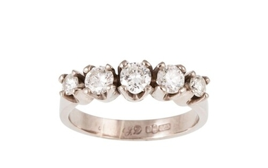 A FIVE STONE DIAMOND RING, the graduating brilliant cut diam...