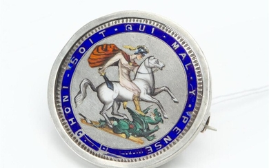 A GEORGE III ENAMELLED COIN BROOCH, DATED 1920 AND DEPICITNG SAINT GEORGE AND THE DRAGON, DIAMETER 42MM (INCLUDING FRAME), 34GMS