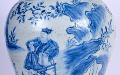 A LARGE CHINESE BLUE AND WHITE PORCELAIN VASE, painted