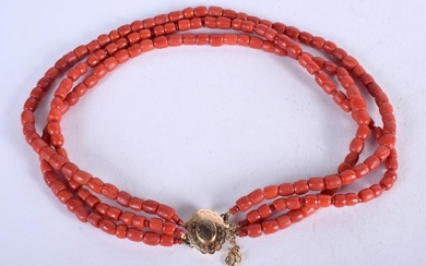 AN 18CT GOLD AND CORAL NECKLACE. 60 grams. Strand 34 cm