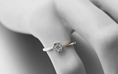 Flower ring in white gold 750 thousandths adorned with seven modern diamonds.
