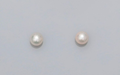 Gold ear chips, 750 MM, each decorated with a Japanese cultured pearl, diameter 7.5 / 8 mm, weight : 2.05gr. gross.