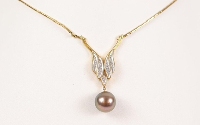 Gold necklace (750) and Tahitian pearl pendant. L : 40 cm, Weight : 14.40 gr