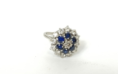 Sapphire and diamond cluster ring in white gold '18ct'. Size...