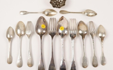 Silver lot including: a net cutlery and a single flat silver cutlery (Minerva). Weight : 326 gr. Six small silver filet spoons (Minerva). Weight : 137 gr. One silver cutlery net with entremet in silver (Vieillard). Weight : 87 gr. One silver foil...