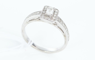 A DIAMOND RING IN 9CT WHITE GOLD, THE DIAMONDS TOTALLING APPROXIMATELY 0.50CT, SIZE P, 3.6GMS