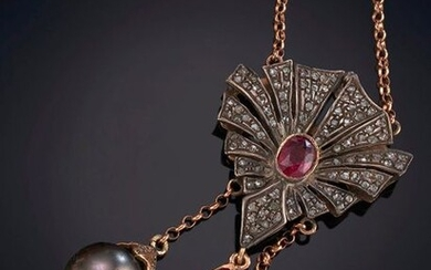 ELEGANT PENDENTIF WITH RHINESTONES, RUBIES AND TWO PENDANTS (TAHITIAN AND AUSTRALIAN). ON A SILVER FRAME AND A 9K YELLOW GOLD CHAIN. Price: 1.100,00 Euros. (183.025 Ptas.)