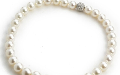 Hartmann's: A South Sea pearl and diamond necklace with cultured South Sea pearls and a clasp set with numerous diamonds, mounted in 18k white gold. F-G/VS.